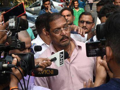 El actor Nana Patekar, abordado por los medios tras ser acusado de acoso ante la justicia por una actriz.