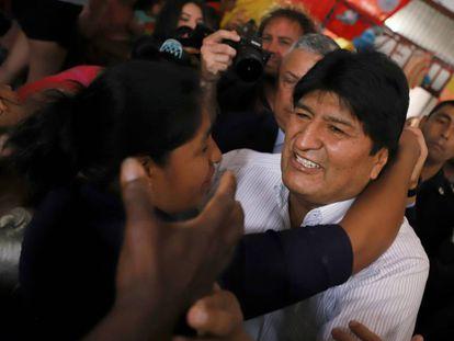 El expresidente de Bolivia, Evo Morales, es recibo por una mujer tras su arribo al aeropuerto de Buenos Aires.