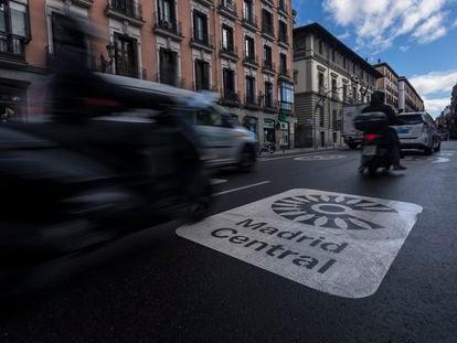 Dos motos circulan por la calle Mayor el pasado viernes, justo por encima de la señal de Madrid Central.