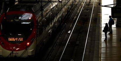 Dos usuarios, ayer en la estación de Atocha.