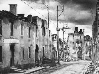La calle principal de Oradour, ocho años después de la masacre nazi.