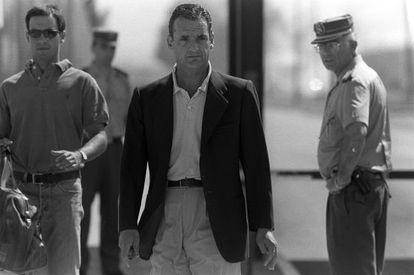 Mario Conde sale de la prisión de Alcalá Meco en 1998.