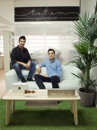 Fundadores de Tot-em, Javier Pérez y Javier Jiménez. Abajo, pulseras y collares de la firma.