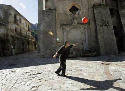 Don Pino Strangio, sacerdote en San Luca desde hace 27 años. La foto le muestra en el santuario de la Madonna de Polsi, en los montes cercanos al pueblo. En esa zona se celebra la  reunión anual de la cúpula de la 'Ndrangheta.