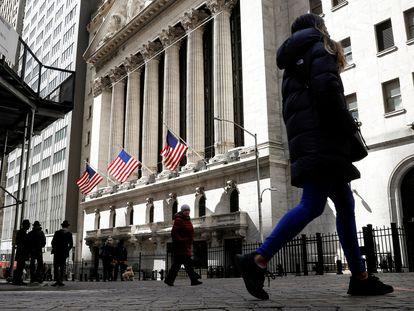 Varias personas caminan frente a Wall Street, en una foto de archivo.