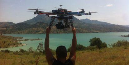 Un técnico suelta el multicopter para rodar el embalse de Zahara de la Sierra.