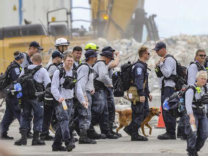 Efectivos de rescate acaban su jornada de trabajo.