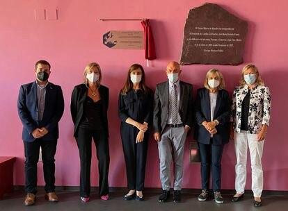 De izquierda a derecha, Antonio M. Rodríguez, María Antonia Herrero (UCLM), Sonsoles Martín de Santamaría, Antonio Echavarren (RSEQ) y Pilar Goya, Nineta Hrastelj (EuChemS), bajo la placa conmemorativa de Almadén.