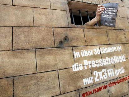 """""""En más de 30 países, la libertad de prensa cabe en dos por tres metros"""", dice una campaña de Reporteros sin Fronteras."""