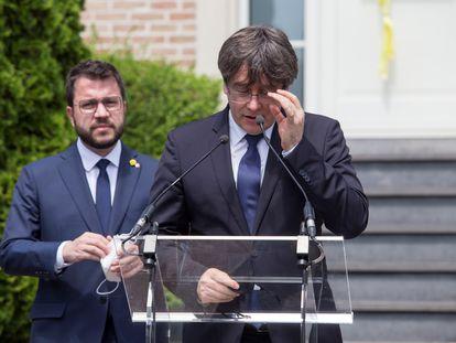 El presidente de la Generalitat, Pere Aragonès (a la izquierda), y el expresidente Carles Puigdemont tras su reunión en Waterloo (Bélgica) este viernes.