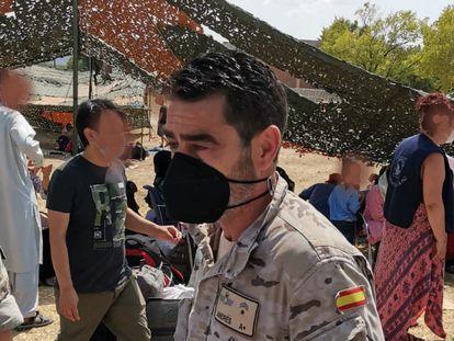 El subteniente José Ángel Andrés, de la Sección de Apoyo al Tránsito Aéreo (Satra) este jueves en la base de Torrejón de Ardoz (Madrid)