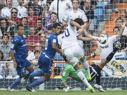 Higuaín, en el momento de marcar su gol.