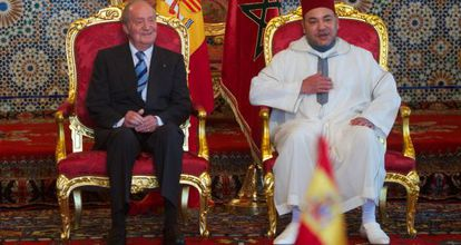 El rey de Marruecos, Mohamed VI, recibe a Juan Carlos I.