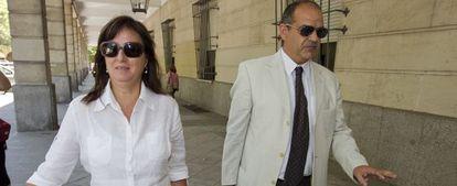 La exasesora María José Rofa, junto a su abogado, en los juzgados.