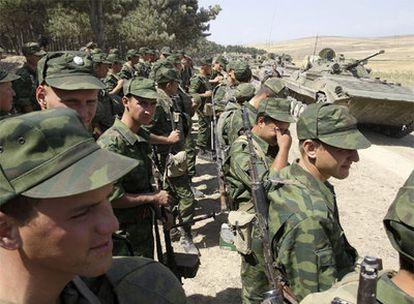 Soldados rusos concentrados antes de salir de la ciudad de Gori.