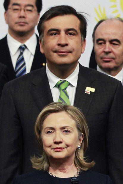 Hillary Clinton y Mijail Saakashvili, presidente de Georgia, ayer en Astaná.