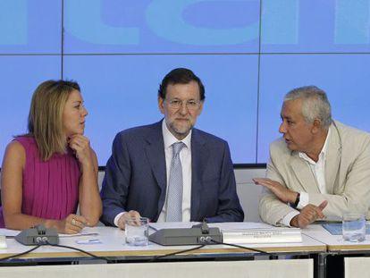 Cospedal, Rajoy y Arenas, en la reunión del PP.