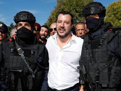 El ministro del Interior, Matteo Salvini, posa con dos miembros de las fuerzas especiales de la policía italiana.
