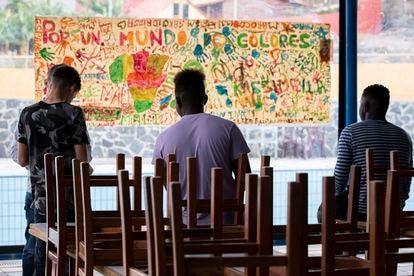 Unos jóvenes en un centro de acogida de menores inmigrantes en Gran Canaria, el pasado noviembre.