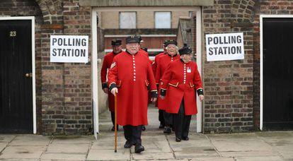 Jubilados de la armada británica, residentes del Royal Hospital de Chelsea, tras votar este jueves en Londres.