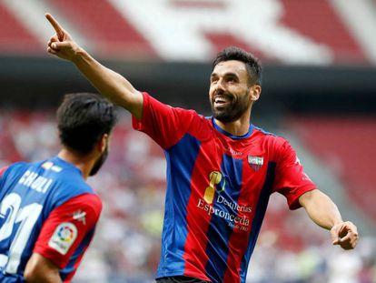 El jugador del Extremadura Enric Gallego celebra un gol.