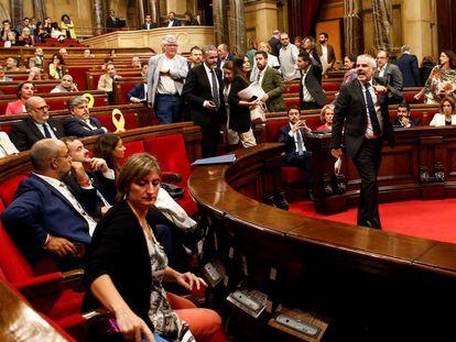 Los diputados de C's abandonan el hemiciclo del Parlament.