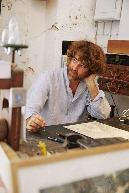 El ilustrador en su mesa de trabajo.