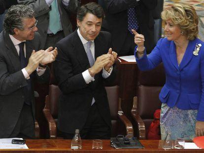 Francisco Granados e Ignacio González (en el centro) aplauden a Esperanza Aguirre en el debate de investidura para presidir la Comunidad de Madrid en 2011.