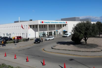 Automóviles se encuentran estacionados en la puerta del Hospital Universitario Infanta Elena ubicado en Valdemoro (Madrid) donde un hombre con patologías previas ha fallecido con coronavirus, en Madrid (España.