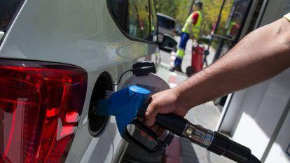 Un conductor reposta en una gasolinera de Madrid.