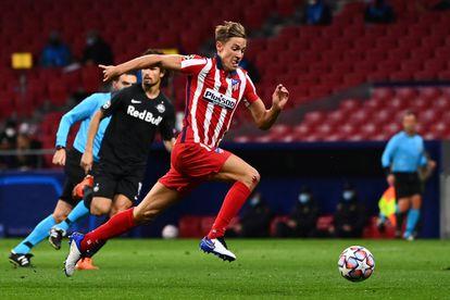 Marcos Llorente conduce el balón durante el último Atlético-Salzburgo (3-2) de Liga de Campeones. / GABRIEL BOUYS  (AFP)