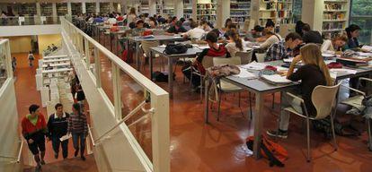 Estudiantes en la biblioteca pública Infanta Elena de Sevilla.
