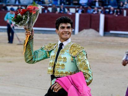 Francisco de Manuel pasea la oreja de su primer novillo.