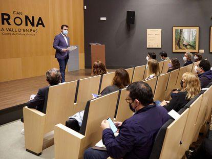 El presidente de la Generalitat, Pere Aragonès (a la izquierda), durante las jornadas de trabajo del Govern, el pasado fin de semana, en Vall d'en Bas (Girona).