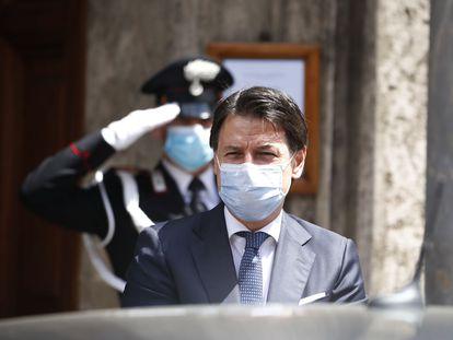 El primer ministro de Italia, Giuseppe Conte, sale del Senado el 20 de mayo.