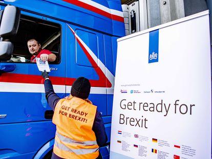 Campaña informativa sobre el Brexit, en diciembre de 2020, en Rotterdam (Holanda)
