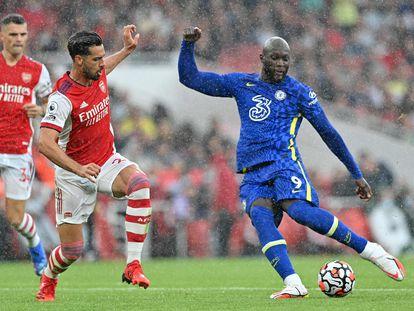 El delantero del Chelsea Romelu Lukaku se prepara para tirar durante el partido contra el Arsenal en la segunda jornada de la Premier League