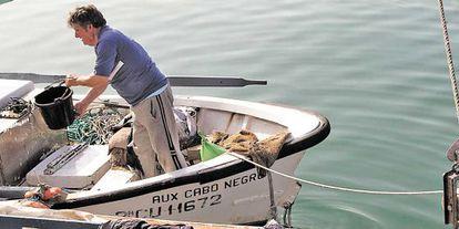 Un pescador de Algeciras se prepara para faenar.
