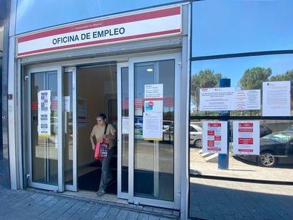 Una mujer sale por la puerta de una oficina del SEPE en Madrid.