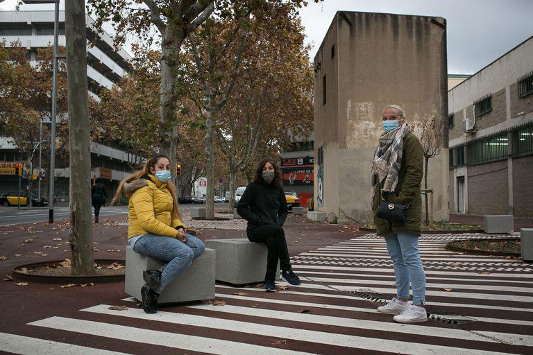 Desde la izquierda, Jennifer Jimenez, Ana Paricio y Lourdes Punter en la calle Caracas del barrio del Bon Pastor de Barcelona.