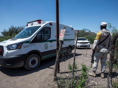 Una ambulancia llega a la mina en que ocurrió un derrumbe en el municipio de Múzquiz, en Coahuila (México).