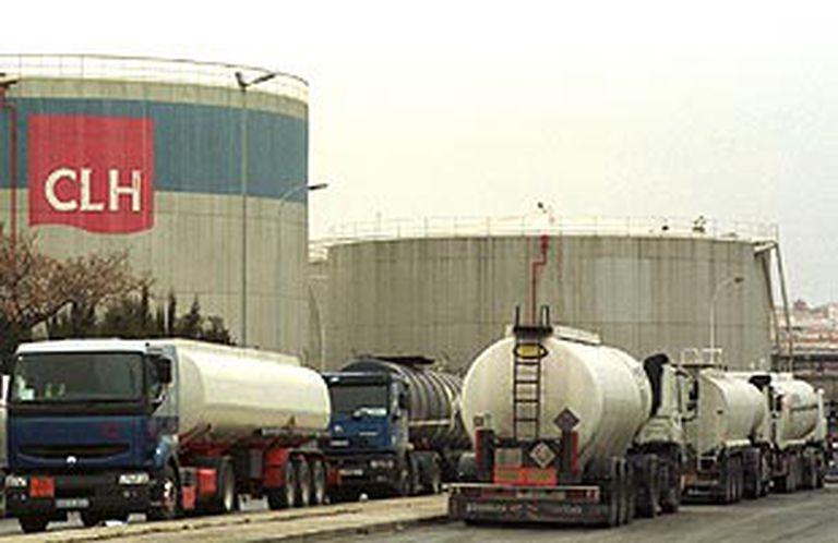 Varios camiones de CLH esperan para poder acceder a las instalaciones de la compañía.