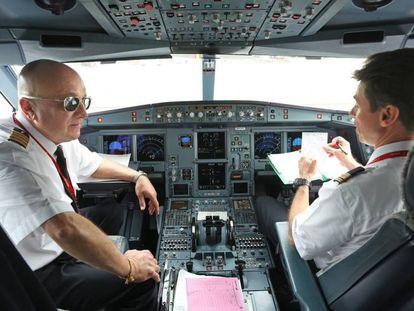 Dos pilotos de Iberia, momentos antes de volar a Londres, en 2019.