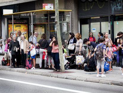 Parada de autobús en la calle de Roger de Llúria, Barcelona.