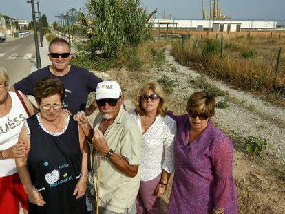 Julio (en el centro con gorra), uno de los expropiados en La Punta, rodeado de vecinos e hijos de afectados por la ZAL en La Punta.