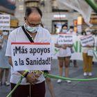 Alrededor de 400 trabajadores del sistema sanitario madrileño se concentran en la Puerta del Sol contra la situación que atraviesan y a favor de una Sanidad Pública.