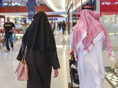 Una pareja en un centro comercial de Dubái.