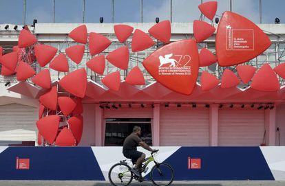 Un hombre pedalea frente a una de las sedes de La Mostra.