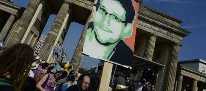 Manifestantes con una imagen de Edward Snowden durante una protesta en Berlín.