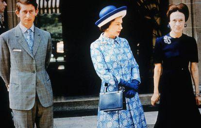 Wallis Simpson, con Isabel II y el príncipe Carlos de Inglaterra en París, en 1972.